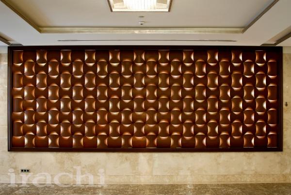 آینه-کاری-و-بک-گراند-چوب-همراه-با-نورپردازی-در-لابی-و-سالن-اجتماعات